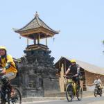 07-bali-cycling-ride-pass-balinese-temple